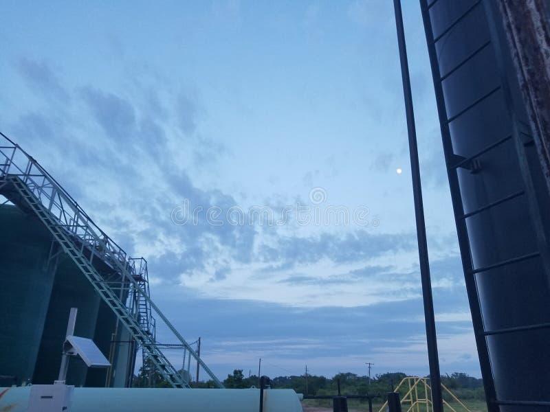 Ruwe oliebron op gedeeltelijk bewolkte dag stock afbeeldingen