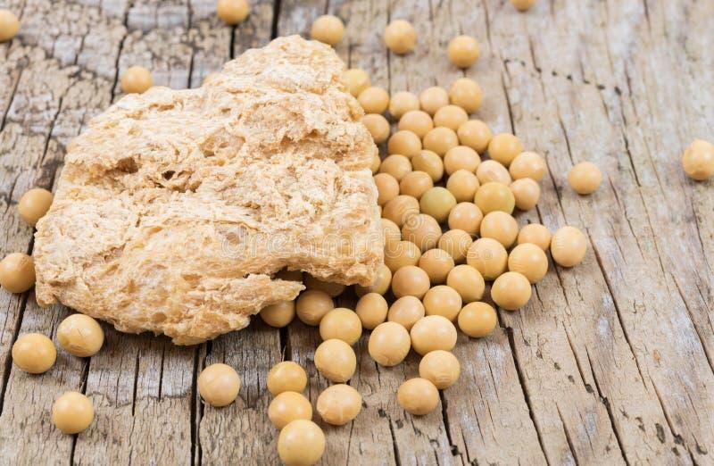 Ruwe ontwaterde sojavlees en sojabonen stock foto