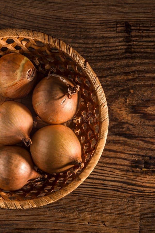 Ruwe organische uien op rustieke houten achtergrond Selectieve nadruk royalty-vrije stock foto