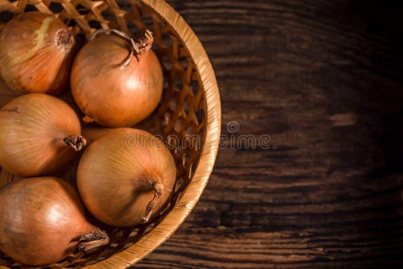 Ruwe organische uien op rustieke houten achtergrond Selectieve nadruk royalty-vrije stock foto's