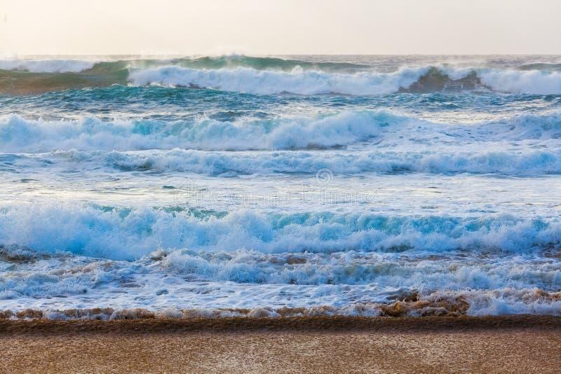 Ruwe overzees dichtbij het strand royalty-vrije stock foto's