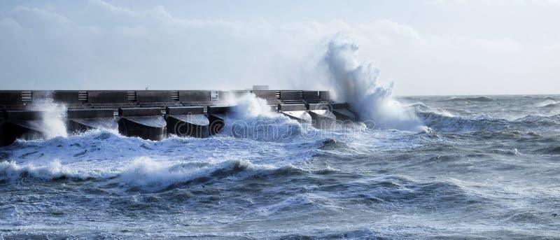 Ruwe overzees die tegen de jachthaven habour muur van Brighton verpletteren, Brighton, het UK stock afbeeldingen