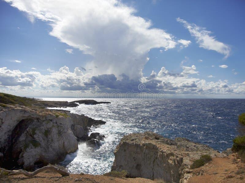 Ruwe overzees en cloudscape op Punta Coccodrillo, San-dominoeiland Tremiti, Itali? stock foto's