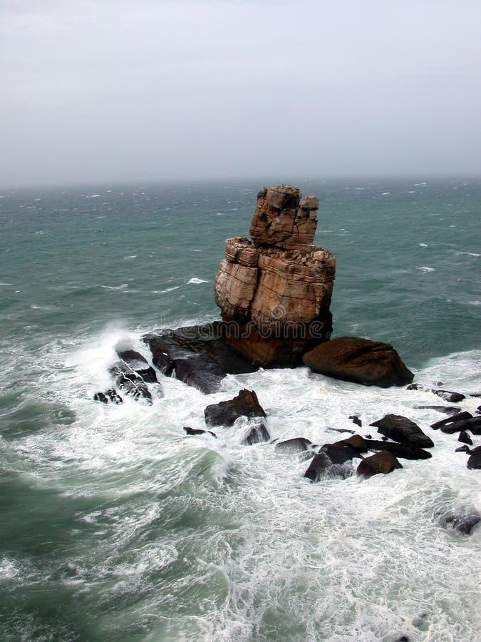 Ruwe overzees op de klippen stock afbeelding