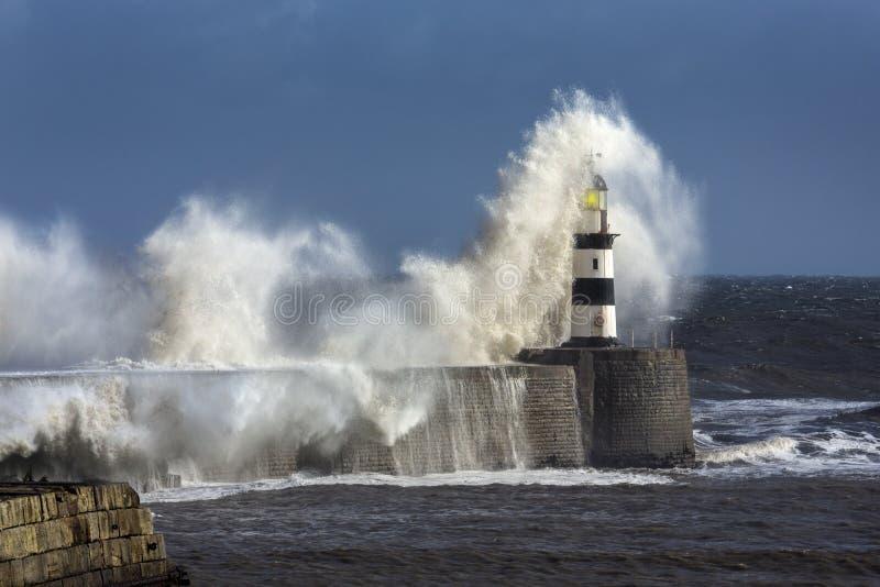 Ruwe Overzees - Seaham-Vuurtoren - Engeland stock fotografie