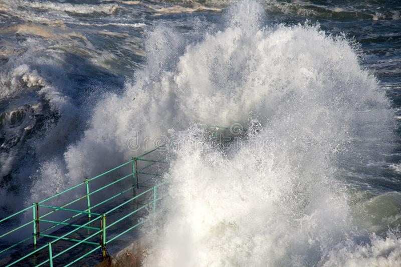 Ruwe Overzeese Golven die over een Pijler, Middellandse Zee, ligurian kust, Italië verpletteren stock foto's
