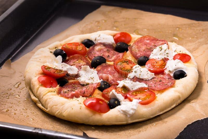 Ruwe pizza op bakseldienblad royalty-vrije stock foto's