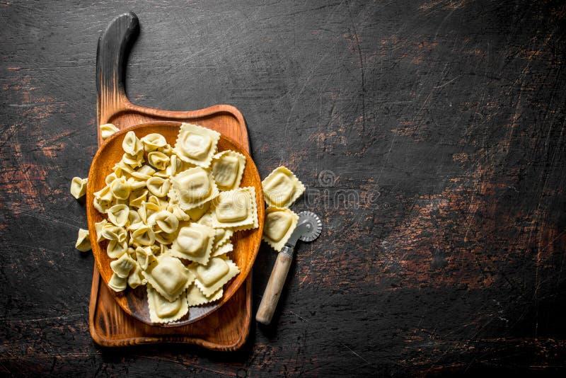 Ruwe ravioli en Bol stock afbeeldingen