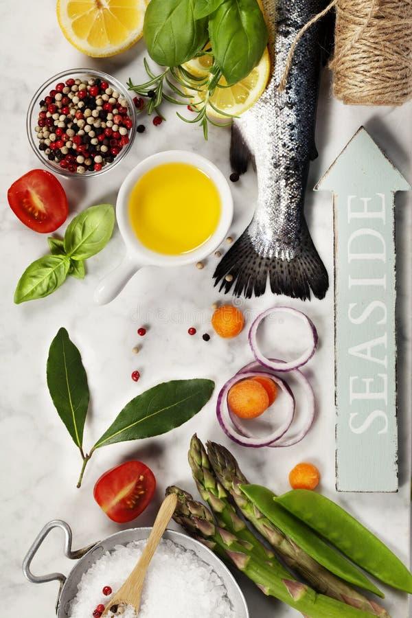 Ruwe regenboogforel met groenten, kruiden en kruiden royalty-vrije stock afbeelding