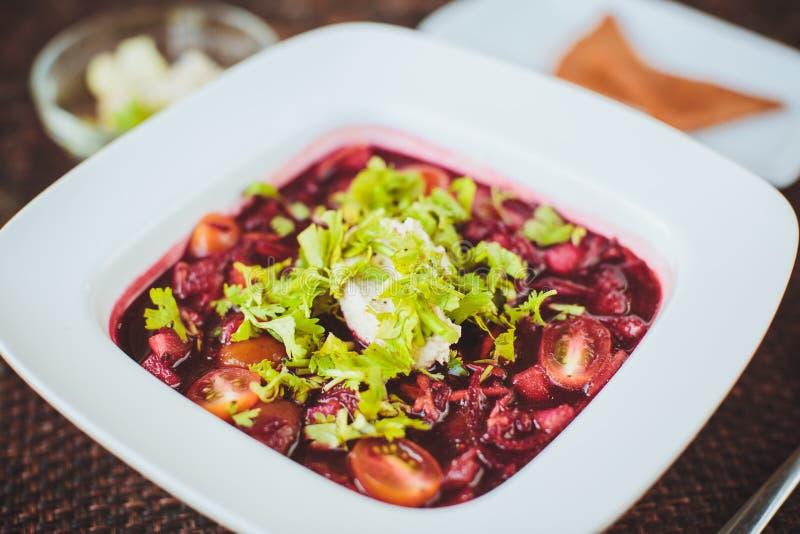 Ruwe rode soep met biet in het restaurant royalty-vrije stock afbeeldingen