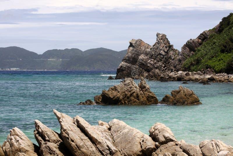 Ruwe rotsen op een tropisch strand in Japan royalty-vrije stock fotografie