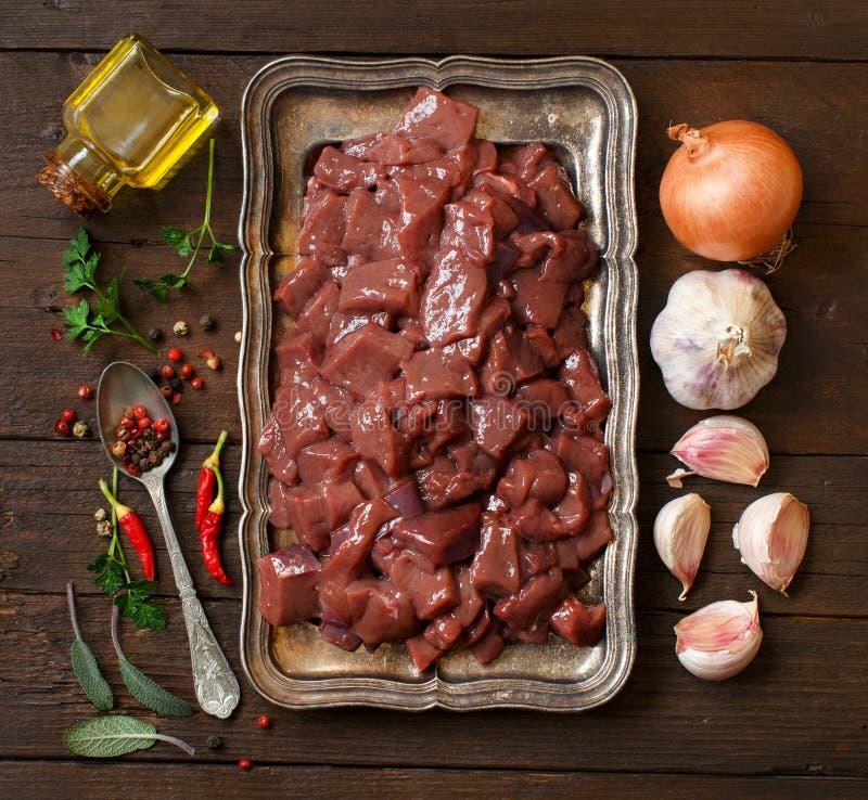Ruwe rundvleeslever met kruiden, kruiden en groenten royalty-vrije stock afbeeldingen