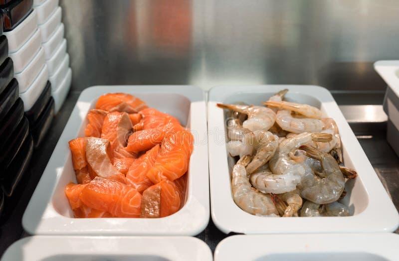 Ruwe schaal- en schelpdieren, gereed om te koken in een restaurantkeuken stock foto's