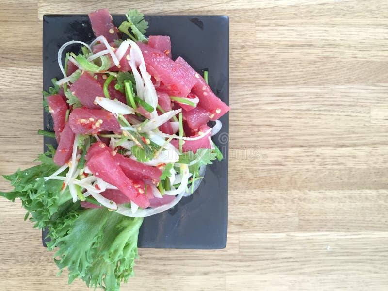 Ruwe tonijn kruidige salade royalty-vrije stock afbeelding