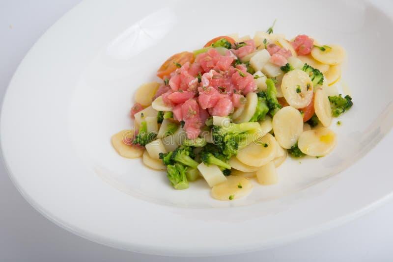 Ruwe tonijnsalade stock foto's