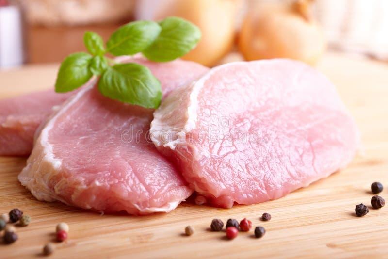 Ruwe Varkenskoteletten Op Scherpe Raad Stock Foto