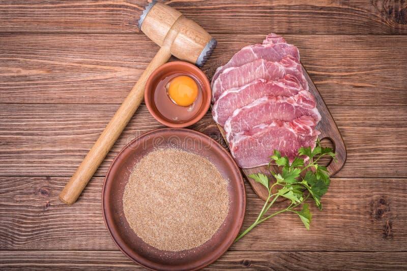 Ruwe varkensvleesschnitzel met de ingrediënten royalty-vrije stock foto's