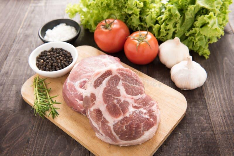 Ruwe vers vlees en groenten op houten achtergrond stock afbeelding