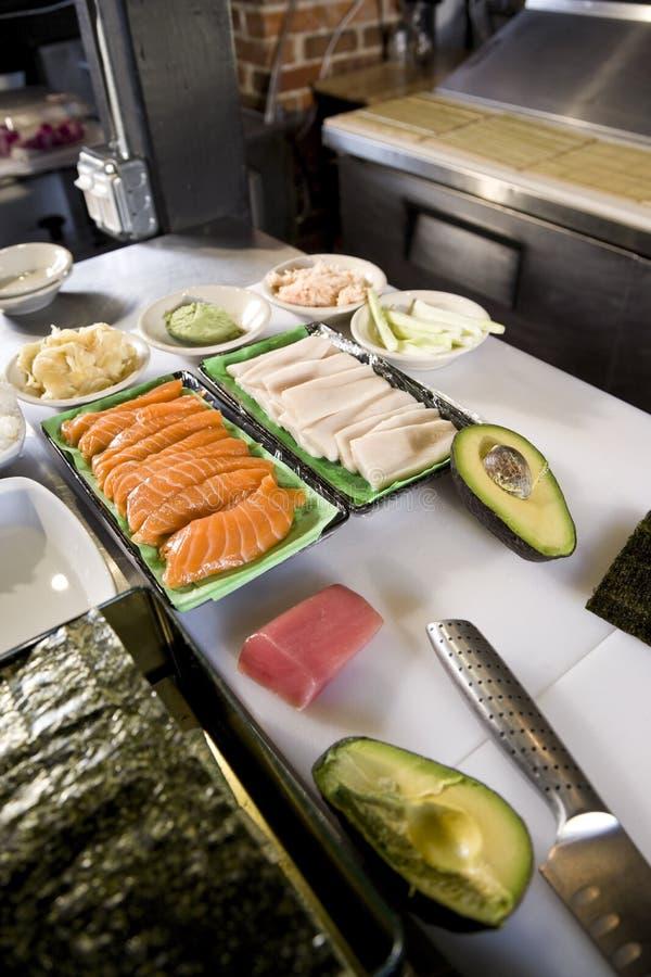 Ruwe vissen en andere ingrediënten voor het maken van sushi royalty-vrije stock fotografie