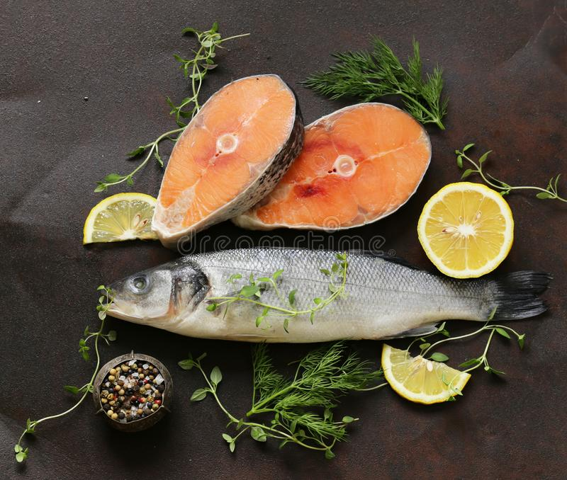 Ruwe vissen overzeese baarzen en zalm royalty-vrije stock foto's