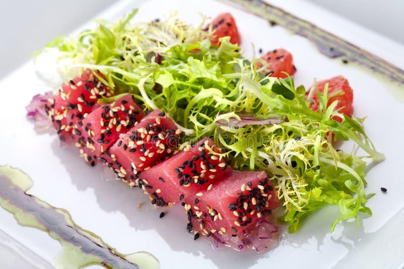 Ruwe vissentonijn met salade royalty-vrije stock afbeelding