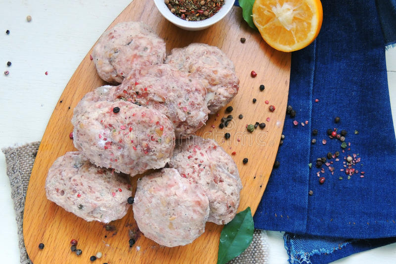 Ruwe vleesballetjes met kruiden royalty-vrije stock fotografie