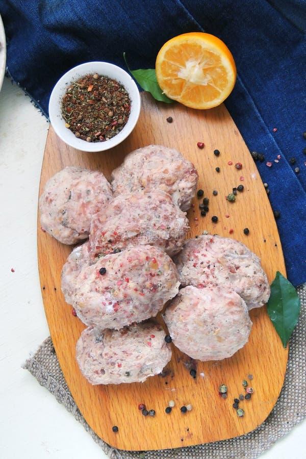 Ruwe vleesballetjes met kruiden stock afbeeldingen