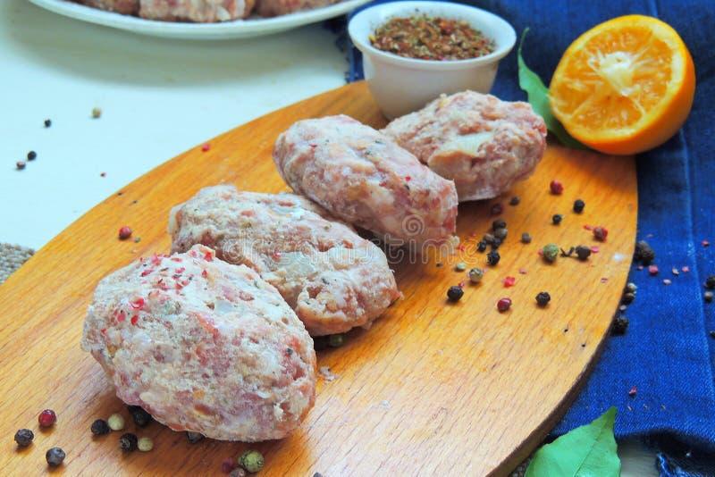 Ruwe vleesballetjes met kruiden royalty-vrije stock afbeelding