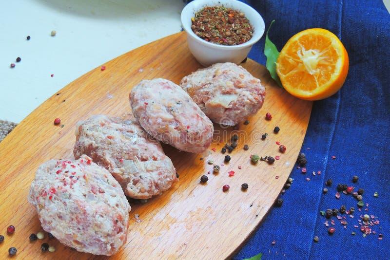 Ruwe vleesballetjes met kruiden stock foto