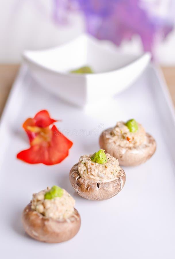 Ruwe voedselpaddestoelen met het vullen stock foto