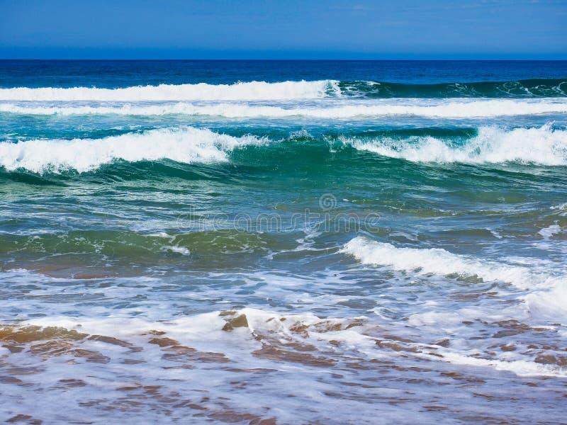 Ruwe Vreedzame Oceaangolven op Australisch Strand royalty-vrije stock fotografie