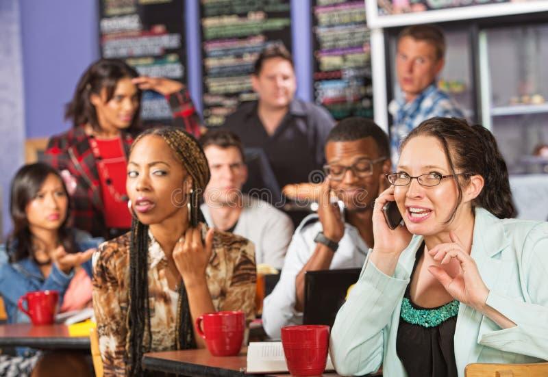 Ruwe Vrouw op Telefoon in Koffie stock fotografie