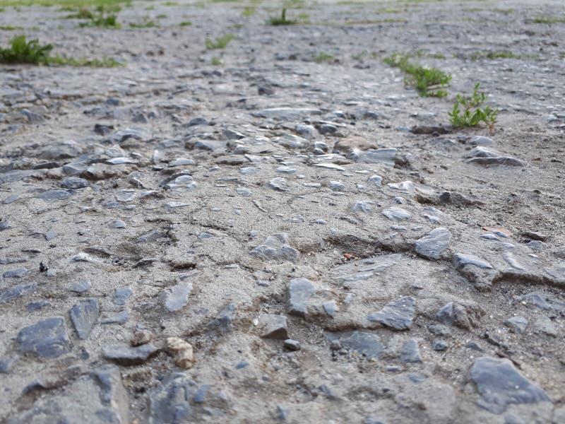 Ruwe weg met slecht asfalt stock foto