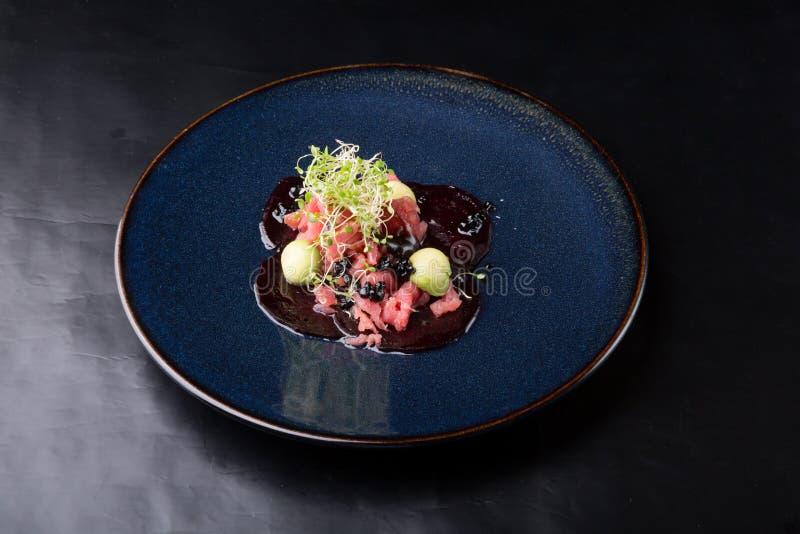 Ruwe zeevruchtentonijn tartare stock foto's