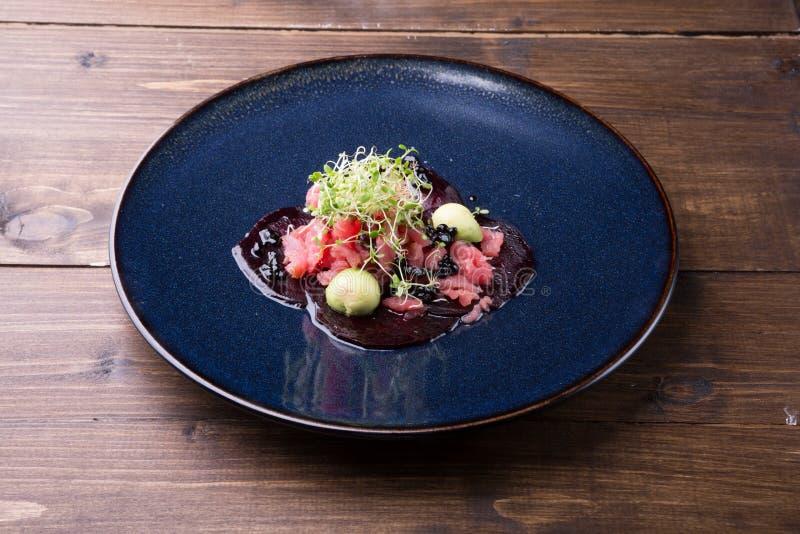 Ruwe zeevruchtentonijn tartare stock afbeeldingen
