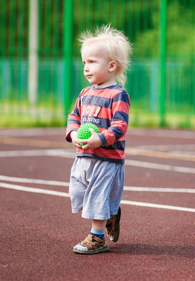 Ruwharige jongen op het voetbalgebied stock afbeelding
