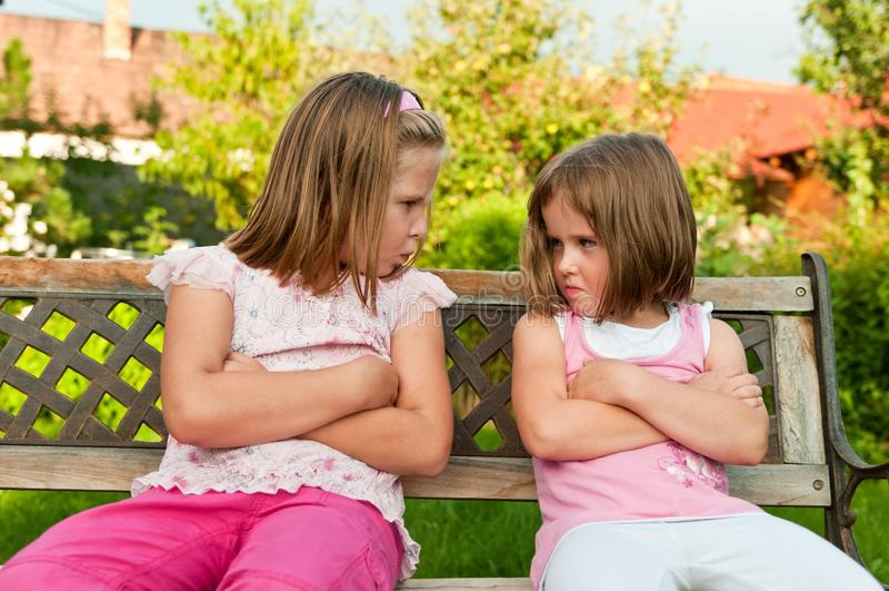 Ruzie - beledigde zusters stock foto