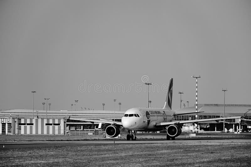 Ruzyne, República Checa - 16 de agosto de 2018: Avión checo de las líneas aéreas en pista en el aeropuerto de Vaclav Havel en Pra fotografía de archivo