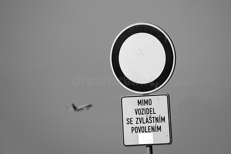 Ruzyne, repubblica Ceca - 16 agosto 2018: Nessun dell'entrata segnale dentro areale dell'aeroporto di Vaclav Havel a Praga ed aer fotografia stock libera da diritti