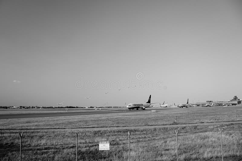Ruzyne, Tsjechische republiek - 16 Augustus, 2018: bewegingenvliegtuigen op Vaclav Havel-luchthaven in Praag tijdens de avond van royalty-vrije stock fotografie