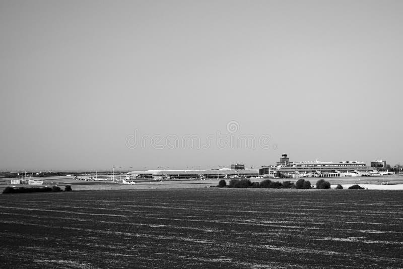 Ruzyne, Tsjechische republiek - 16 Augustus, 2018: Vaclav Havel-luchthaven tussen gebieden dichtbij Praag tijdens de avond van de royalty-vrije stock afbeelding
