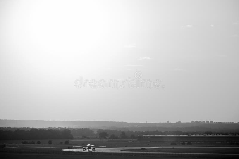 Ruzyne, Tsjechische republiek - 16 Augustus, 2018: vliegtuigtribune op baan op Vaclav Havel-luchthaven in Praag tijdens de zomerv stock foto's
