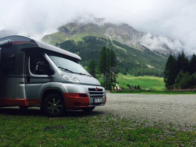 RV в швейцарце Альпах стоковые фото