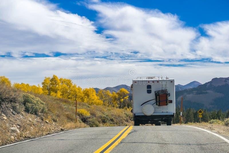 RV путешествуя через восточные горы Сьерра стоковая фотография