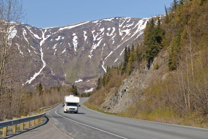 RV auf alaskischer Straße lizenzfreie stockfotografie