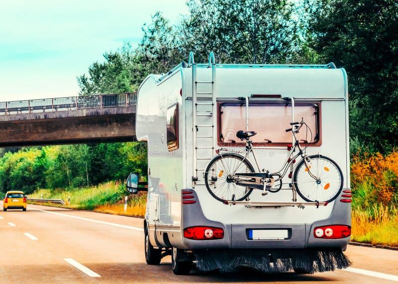 RV Camper Auto mit Fahrrad auf der Straße stockfotografie