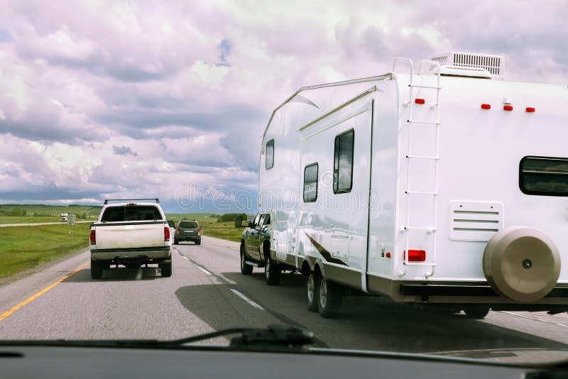 Rv et voitures sur la route photos stock