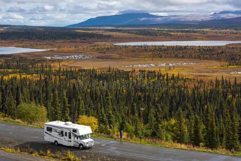 Rv, motorhome en los caminos de Alaska Carretera de Denali foto de archivo