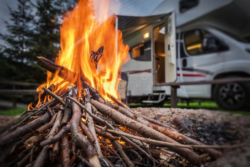 RV Park Camping Φωτιά στοκ εικόνα