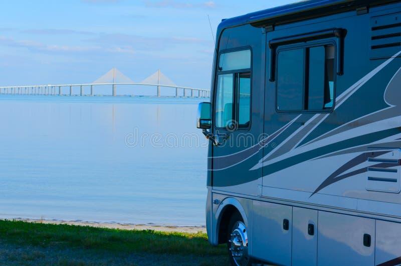 RV przy plażą z Zatoka Tampa Skyway mostem fotografia royalty free